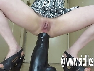 anal amateur Destroying her ass with a gigantic dildo